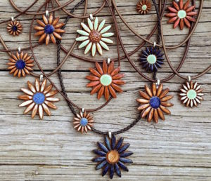 earth-and-wears-daisy-necklace